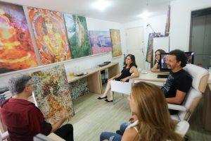 Público interage com as pinturas de Henrique Vieira Filho
